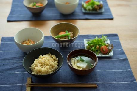 玄米ご飯の朝食の写真素材 [FYI02060961]