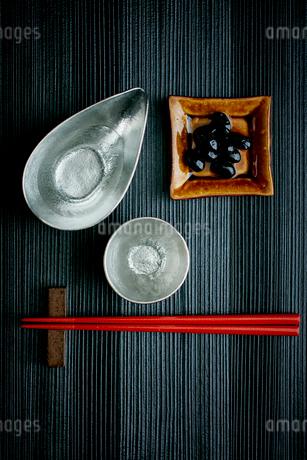 黒豆と日本酒の写真素材 [FYI02060969]