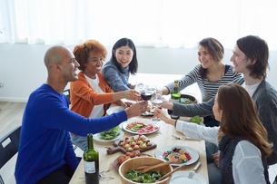 乾杯する外国人と日本人の写真素材 [FYI02060975]