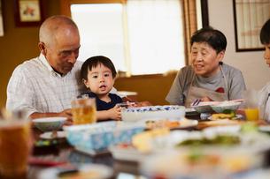 食事をする孫と祖父母の写真素材 [FYI02060977]