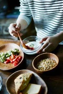朝食を食べる女性の手元の写真素材 [FYI02060997]