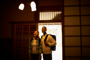 玄関に立つ外国人カップルの写真素材 [FYI02061009]