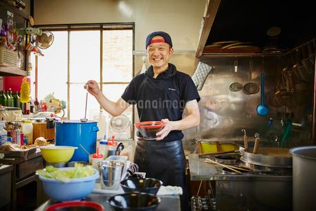 厨房に立つラーメン屋の店員の写真素材 [FYI02061032]