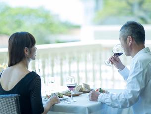 食事をするミドル夫婦の写真素材 [FYI02061036]