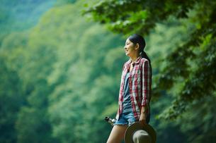 景色を眺める女性の写真素材 [FYI02061061]