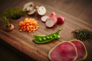 カットしたいろいろな野菜の写真素材 [FYI02061064]