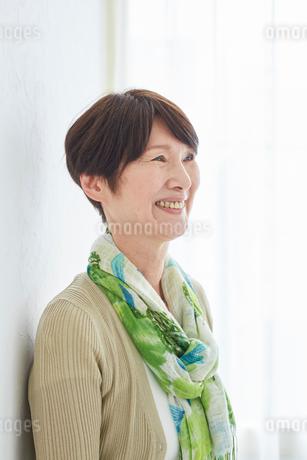 シニア女性の横顔の写真素材 [FYI02061066]