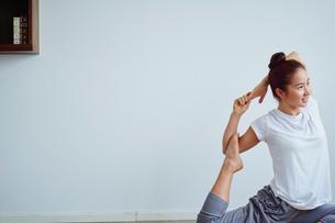 ヨガをする女性の写真素材 [FYI02061075]