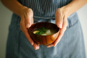 味噌汁を持つ女性の手元の写真素材 [FYI02061078]