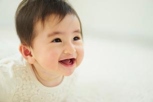 笑顔の赤ちゃんの写真素材 [FYI02061107]