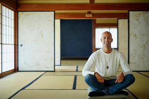 和室に座る外国人男性の写真素材 [FYI02061115]