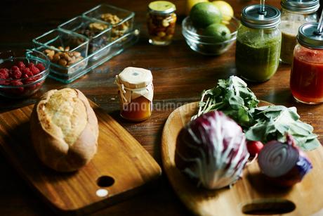 食卓の上の朝食食材の写真素材 [FYI02061123]