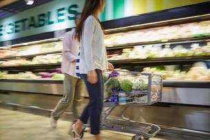 スーパーマーケットで買い物をする夫婦の写真素材 [FYI02061126]