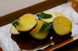 焼きサツマイモの写真素材 [FYI02061128]