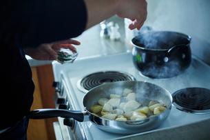 料理をするミドル男性の手元の写真素材 [FYI02061130]