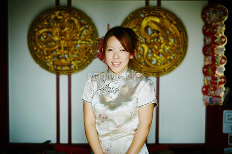 チャイナドレスを着た女性の写真素材 [FYI02061132]