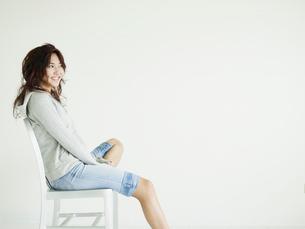 イスに座る元気な笑顔の若者の写真素材 [FYI02061138]