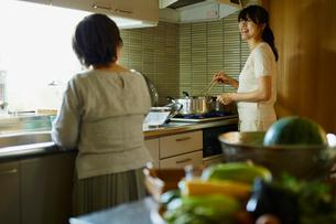 料理をする娘と母親の写真素材 [FYI02061141]