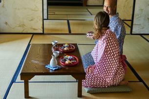 浴衣姿で食事をする外国人カップルの写真素材 [FYI02061149]