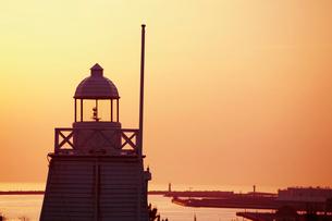 木造六角灯台と夕焼け 山形県の写真素材 [FYI02061154]