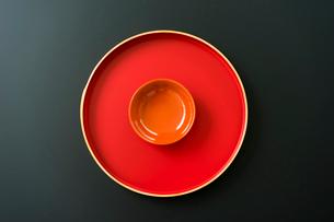 赤いお盆と盃の写真素材 [FYI02061159]