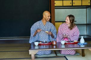浴衣姿で食事をする外国人カップルの写真素材 [FYI02061164]