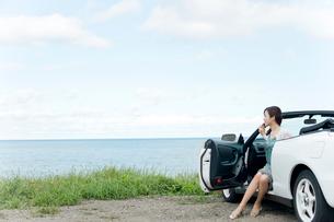 海と車と女性の写真素材 [FYI02061168]