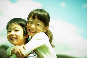 笑顔の男の子と女の子の写真素材 [FYI02061170]