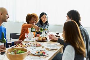 ホームパーティーをする外国人と日本人の写真素材 [FYI02061173]
