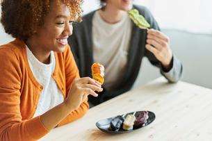 串団子を食べる外国人カップルの写真素材 [FYI02061176]