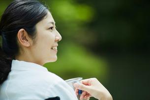 カップを持つ女性の横顔の写真素材 [FYI02061184]