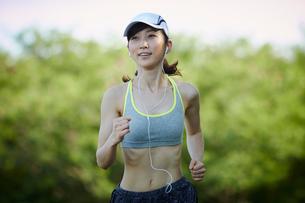 ランニングをする女性の写真素材 [FYI02061191]