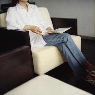 本を読む女性の写真素材 [FYI02061199]