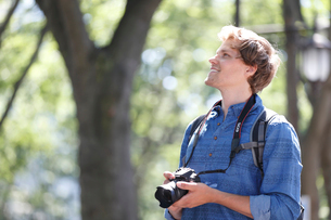 カメラを持つ外国人男性の横顔の写真素材 [FYI02061209]