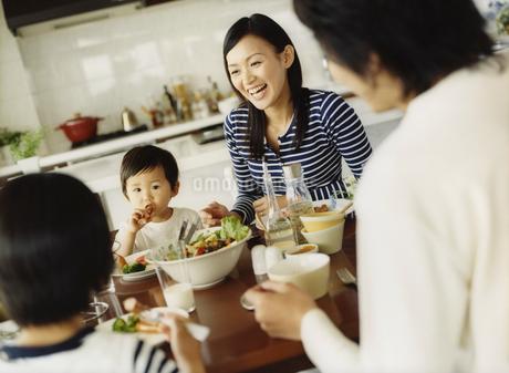 食事をするファミリーの写真素材 [FYI02061212]