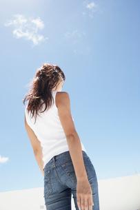 青空と後姿の女性の写真素材 [FYI02061213]