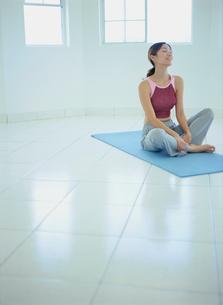 フィットネス姿で床に座る女性の写真素材 [FYI02061219]