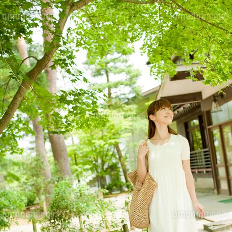 バッグを持って散策する女性の写真素材 [FYI02061234]