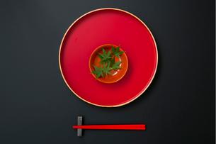 お盆の上の盃と緑の葉と箸の写真素材 [FYI02061235]