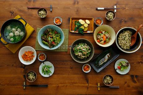 和食がのった食卓の写真素材 [FYI02061244]