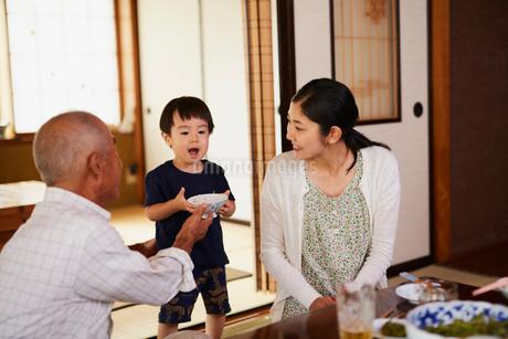 食事をする三世代家族の写真素材 [FYI02061260]