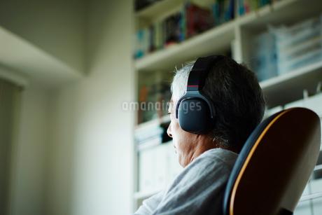 ヘッドフォンで音楽を聴くシニア男性の写真素材 [FYI02061263]