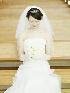 教会のイスに座る花嫁の写真素材 [FYI02061272]