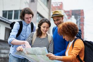 地図を見る外国人の写真素材 [FYI02061276]