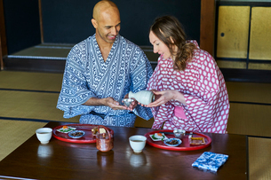 浴衣姿で日本酒を楽しむ外国人カップルの写真素材 [FYI02061315]