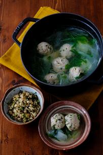 鶏だんご鍋と玄米の混ぜご飯の写真素材 [FYI02061327]