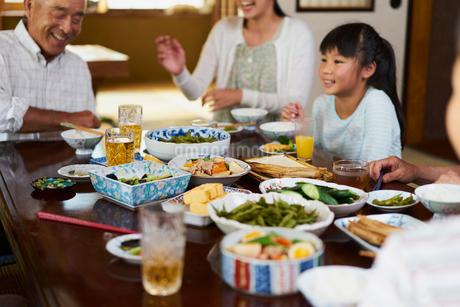 食事をする三世代家族の写真素材 [FYI02061335]