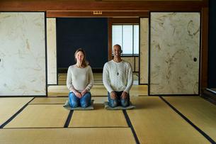 和室で正座する外国人カップルの写真素材 [FYI02061346]