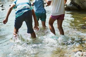 川遊びをする子供達の写真素材 [FYI02061357]