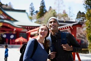 観光する外国人カップルの写真素材 [FYI02061359]
